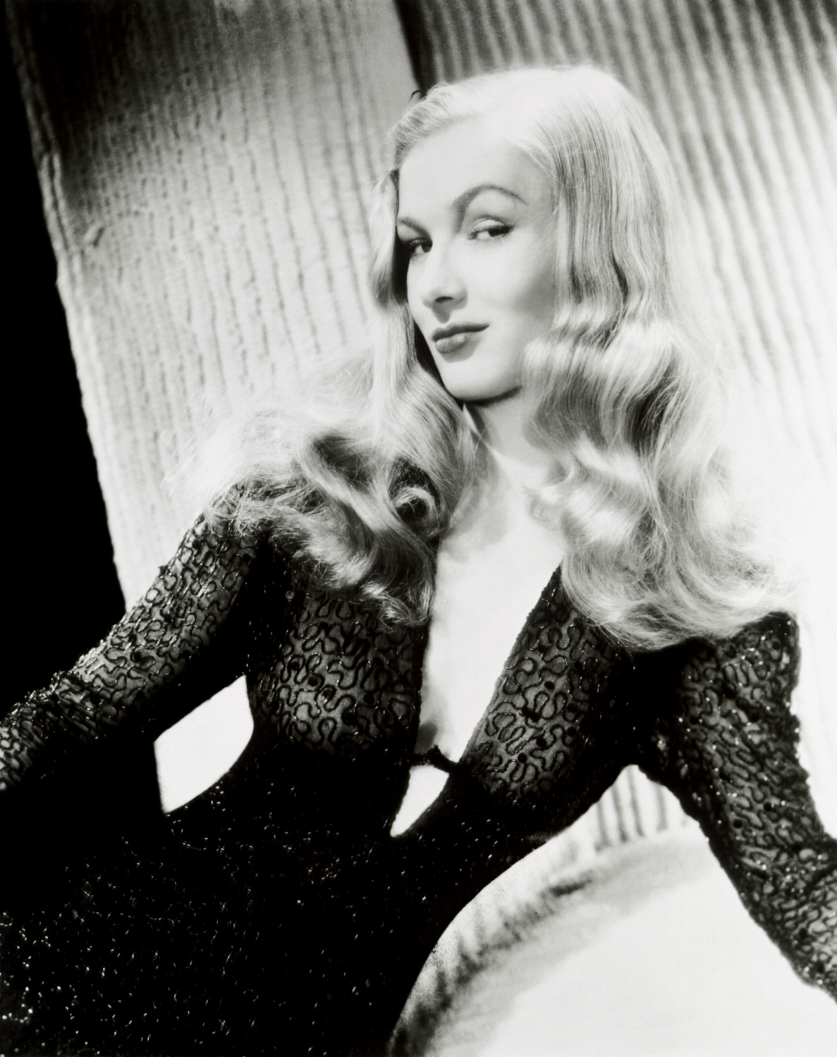 http://michaelmay.us/08blog/10/1027_veronicalake.jpg